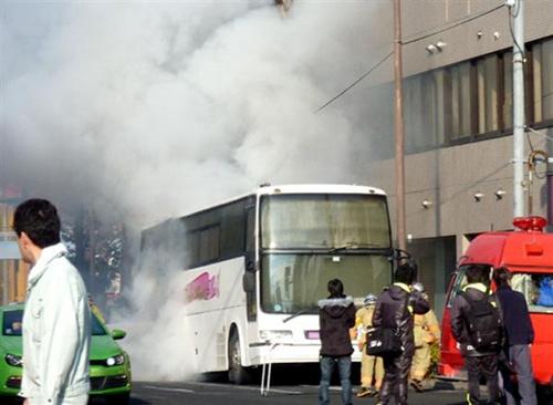 日本东京一辆大巴突然起火载有46名高中生(图)