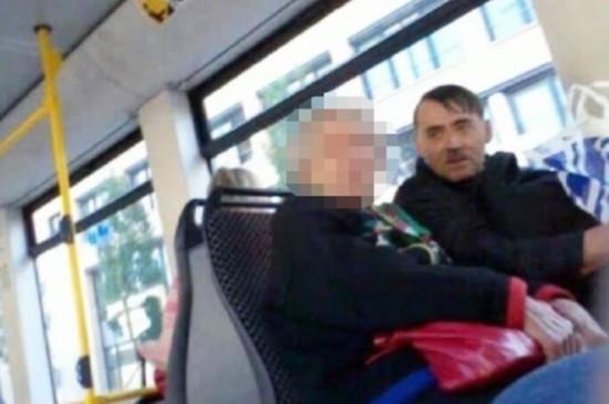 科索沃男子酷似希特勒 合照1张580