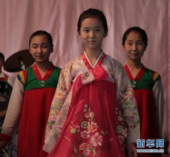 美丽原是常态:朝鲜校园女生个个能歌善舞