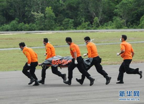 (国际)(1)亚航失事客机已打捞出6具遗体