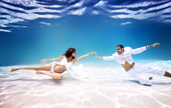 年轻孕妇写真照_美摄影师拍摄唯美孕妇水下写真照灵动如美人鱼
