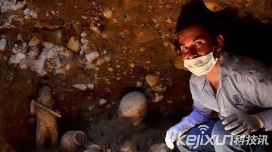 考古发现1500年前竖穴古墓   出土珍贵萨满巫师像