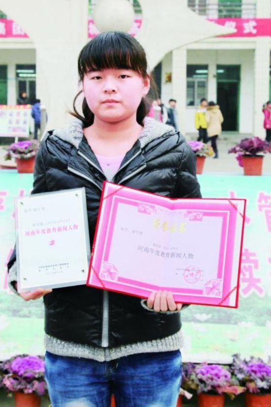 父亲务工受伤高位截瘫 12岁女孩背爸爸上学