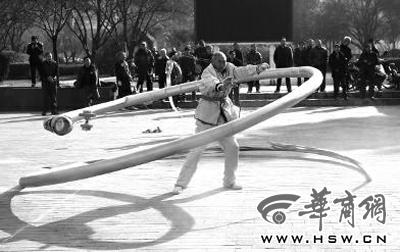 空竹爱好者舞30米长龙空竹离心力重达五六十频虎视画姚少华图片