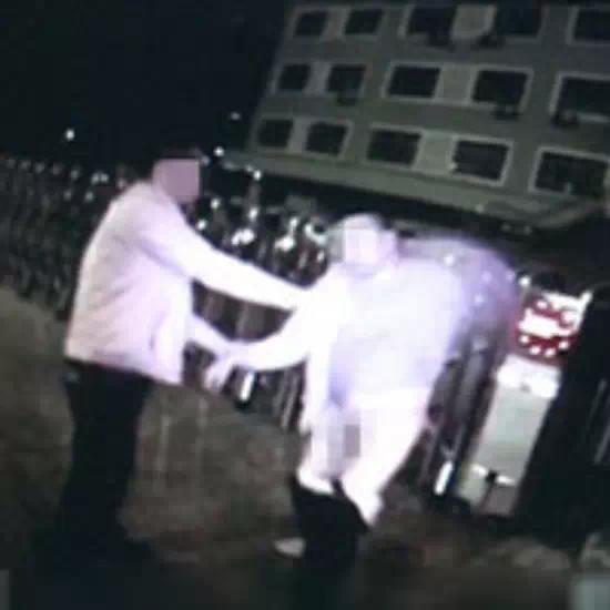 盘点2014年新疆奇葩新闻:向交警扔大便 卫生巾