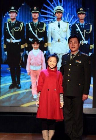 林妙可时隔6年遇国家仪仗队 与偶像叔叔合影
