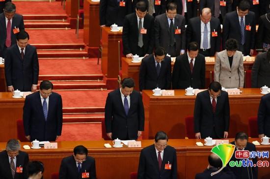 全国政协十二届二次会议开幕式上,党和国家领导人和全体与会人图片