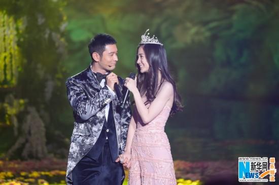黄晓明baby首度情侣合体登台 拥抱亲吻甜蜜爆表