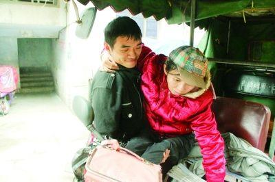 夫妻俩靠拉客为生 双腿残疾的她盼着新轮椅