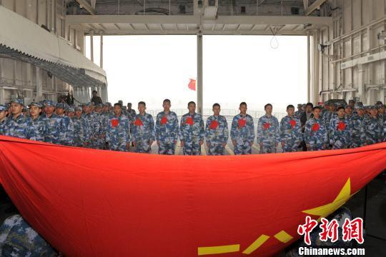 北海舰队某防救支队为退伍老兵举行向军旗告别仪式