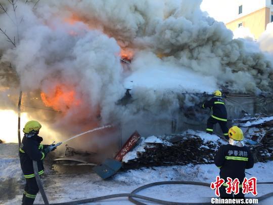 黑龙江伊春一食杂店起火致1人受轻伤原因待查(图)