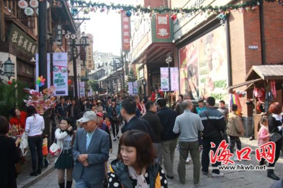 假期首日海口迎八方游客 电影公社游客过万