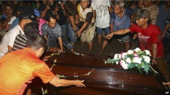 亚航事件寻获9具遗体 印尼为遇难者举行葬礼