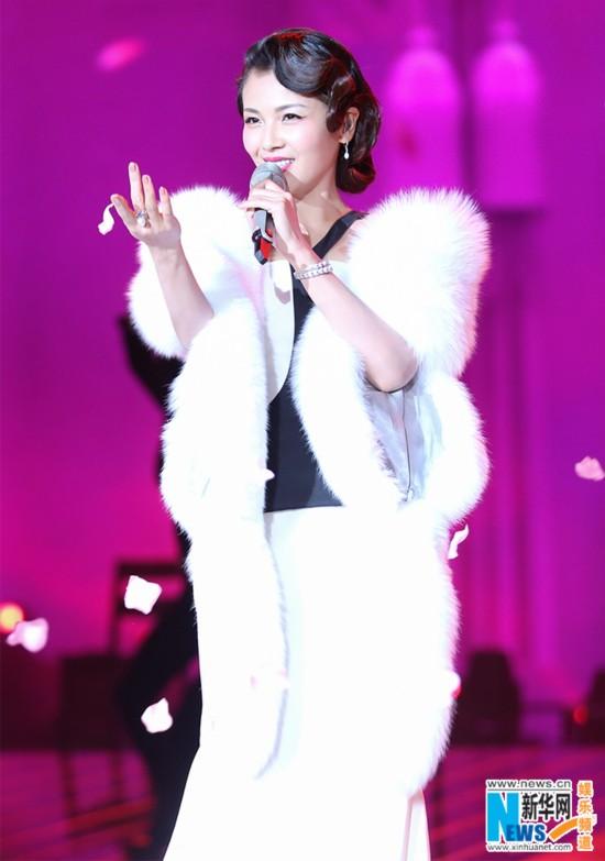 刘涛跨年献唱《夜来香》 复古造型亮相妩媚
