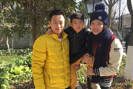杨威一家三口合影拜年 网友:支持你们上春晚