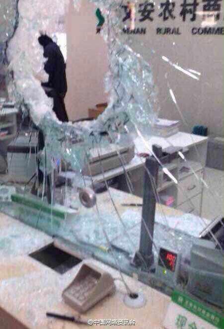 河北:歹徒蒙面抢劫银行现场