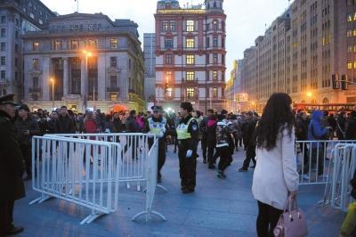 上海设立踩踏事故悼念通道 死者家属前往现场祭奠