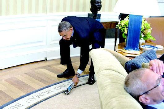 """奥巴马白宫打苍蝇 动作""""华丽""""引幕僚大笑"""