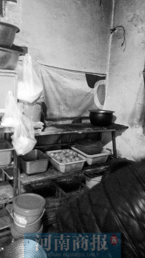 紫荆山路与东大街交叉口附近的这家盒饭生产点里,卫生条件很差