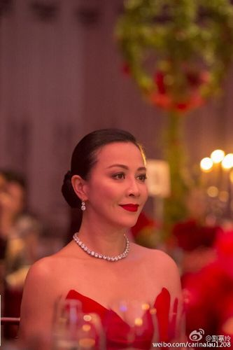 刘嘉玲晒美照送新年祝福穿深V红装娇艳性感(图)