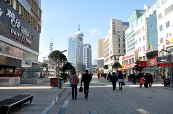 安庆/1月1日,通行的人民路地上步行街。记者叶竞摄