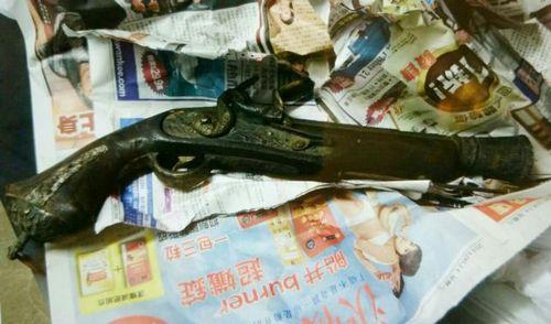 香港黄大仙街市垃圾站发现古董手枪(图)
