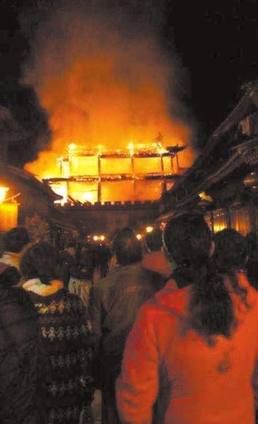 3日凌晨,拱辰楼失火引游客围观。