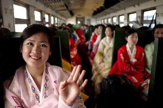 """街拍朝鲜街头美少女 天然""""鹅蛋脸""""朴素清新"""