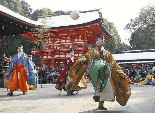 京都下鸭神社举行蹴鞠活动男女着长衫戴黑帽(图)