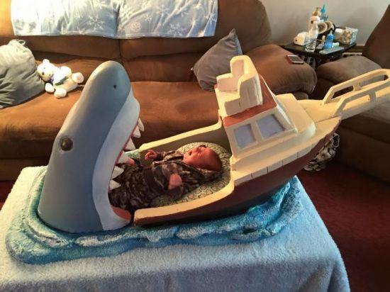 """搞怪叔叔造恐怖""""鲨鱼张嘴""""婴儿床吓哭宝宝(图)"""