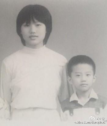邓超晒与姐姐童年照眉眼相像 明星兄弟姐妹大起底