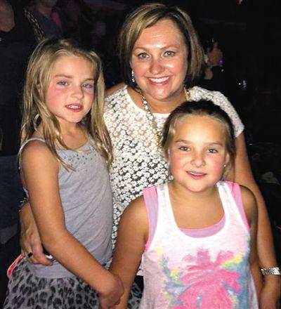 空难中幸存的小女孩赛勒左此前与妈妈和姐姐的合影。