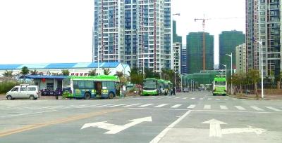 公交终点站设小区门口 居民担心存安全隐患