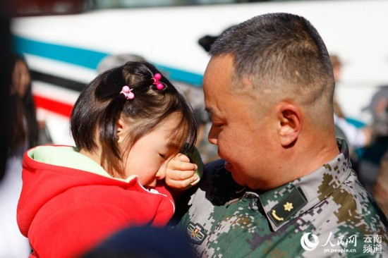出发当天,医疗队员张卫东的三岁女儿和他依依不舍,含泪送行。(人民网 李发兴 摄)