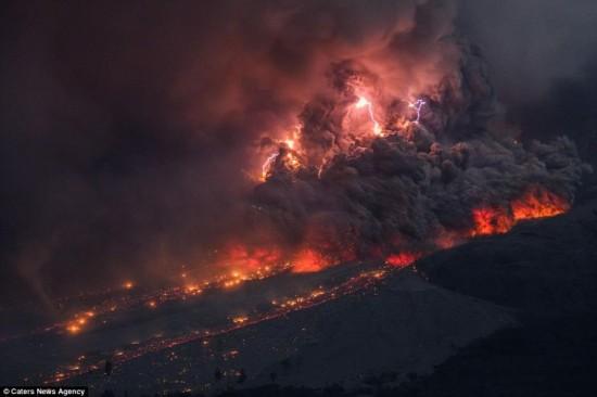 壮观!摄影师拍摄印尼火山喷发犹如末世