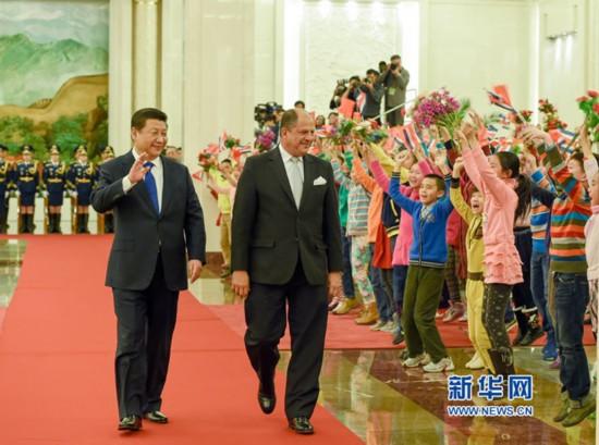 1月6日,国家主席习近平在北京人民大会堂同哥斯达黎加总统索利斯举行会谈。这是会谈前,习近平在人民大会堂北大厅为索利斯举行欢迎仪式。新华社记者 李学仁 摄