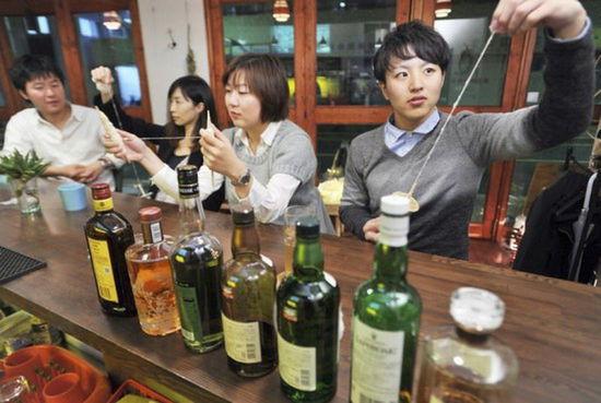 日本东京现特色酒吧:可体验纺棉花放松身心(组图)