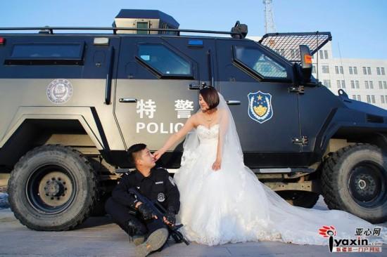 新疆警队一对情侣装甲车前拍婚纱照