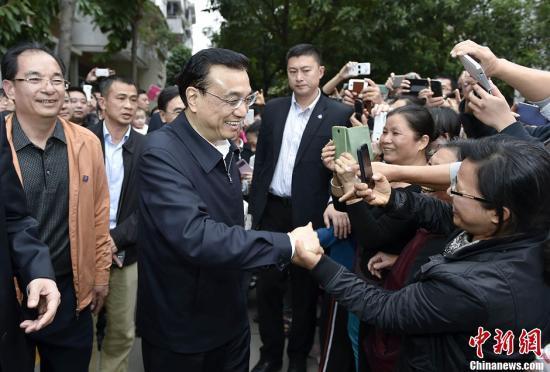 """李克强在广东考察被邀请跳广场舞 应答称""""你们跳"""""""