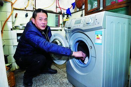 5日,沙坪坝区,刘文安新买的洗衣机一碰着就触电。 记者 张路桥 摄