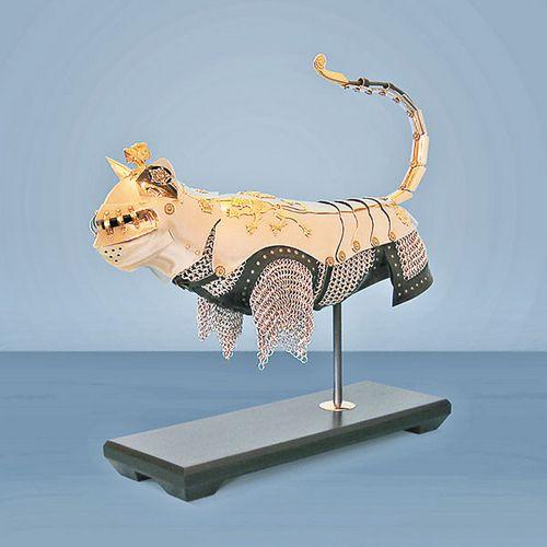 雕塑家设计中看不中用猫用盔甲猫反被弄伤(图)