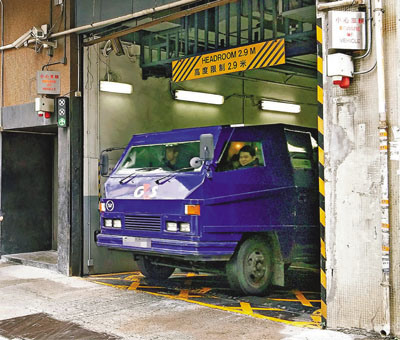 香港运钞车后门又开:门坏送修车内无现金