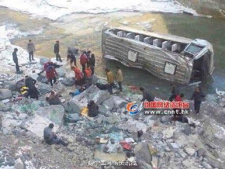 青海一客车跌入10米深悬崖 2人遇难28人受伤