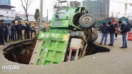 """桂林道路突然塌陷 重型卡车被""""吞"""""""