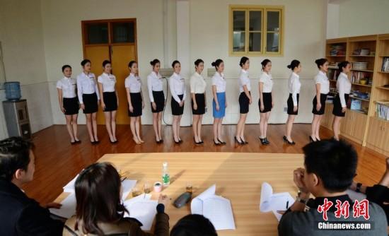航空公司来湘招空姐 近两百美女初试角逐
