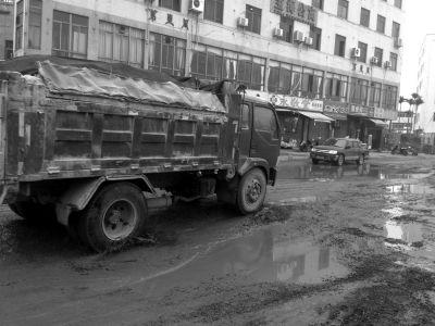 海口市民反映琼山大道东头村路段损坏严重