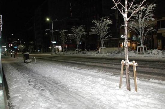 北海道遇大风雪多趟航班停运1500人在机场过夜