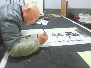 李鸿熙为华西都市报题写祝福语。