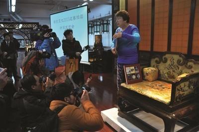 其中有溥仪带出宫的紫檀漆心百宝嵌花卉宝座,起拍价在3500万元左右