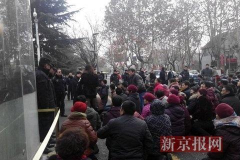 山东邹城回应百人跪访市长:有人策划 已被控制